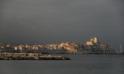 Antibes au coucher de soleil avant l'orage
